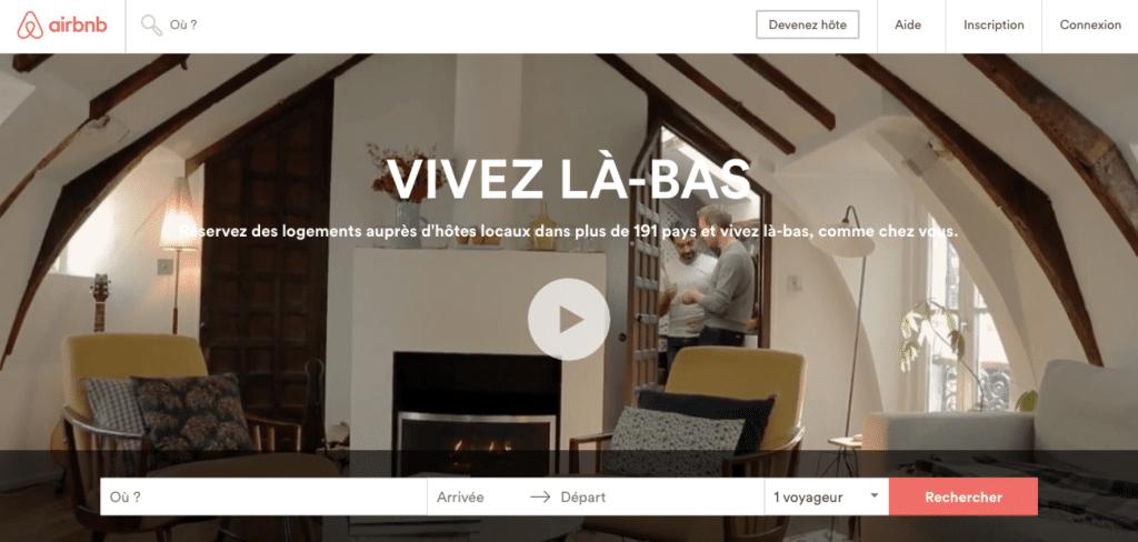 La landing page d'Airbnb est d'autant plus efficace qu'elle suscite des émotions chez les internautes grâce à sa vidéo montrant des moments d'authenticité et de convivialité.